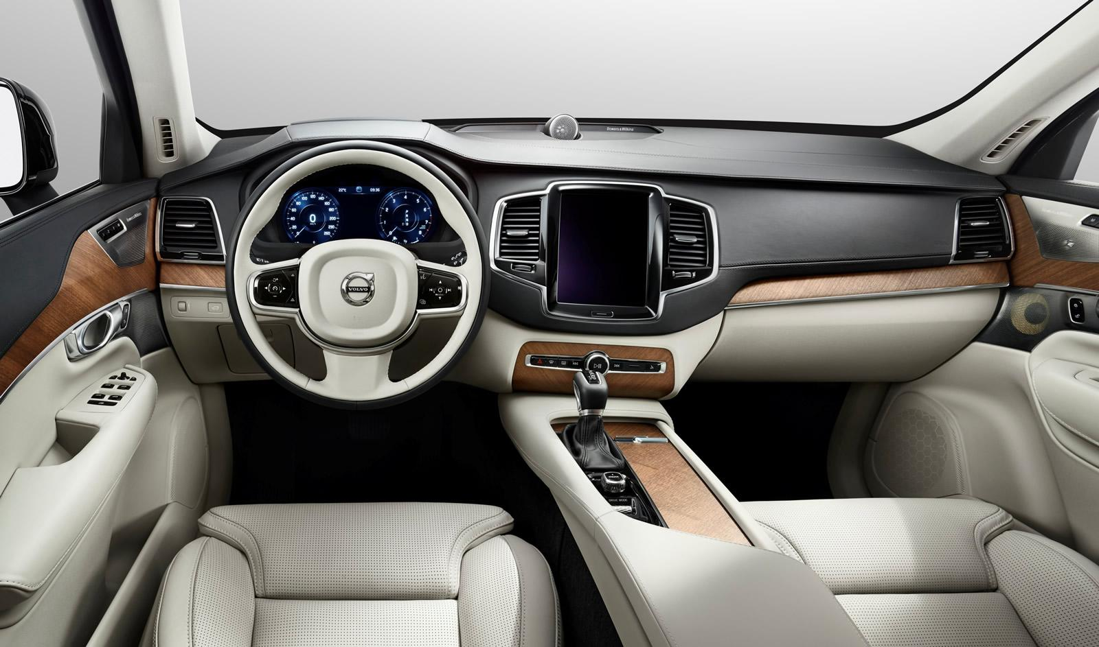 Dashboard-of-the-2015-Volvo-XC90-with-CarPlay